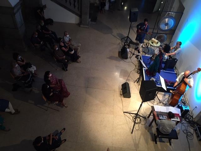 Koncertni nastop skupine Lasanthi na koncertu v sklopu festivala Noči v stari Ljubljani: Bharath Ranganathan, Vasja Štukelj, Lasanthi Manaranjanie Kalinga Dona, Luka Dobnikar, Rok Salokar.. Ljubljana, 28. 8. 2020. Foto: S. Pettan.