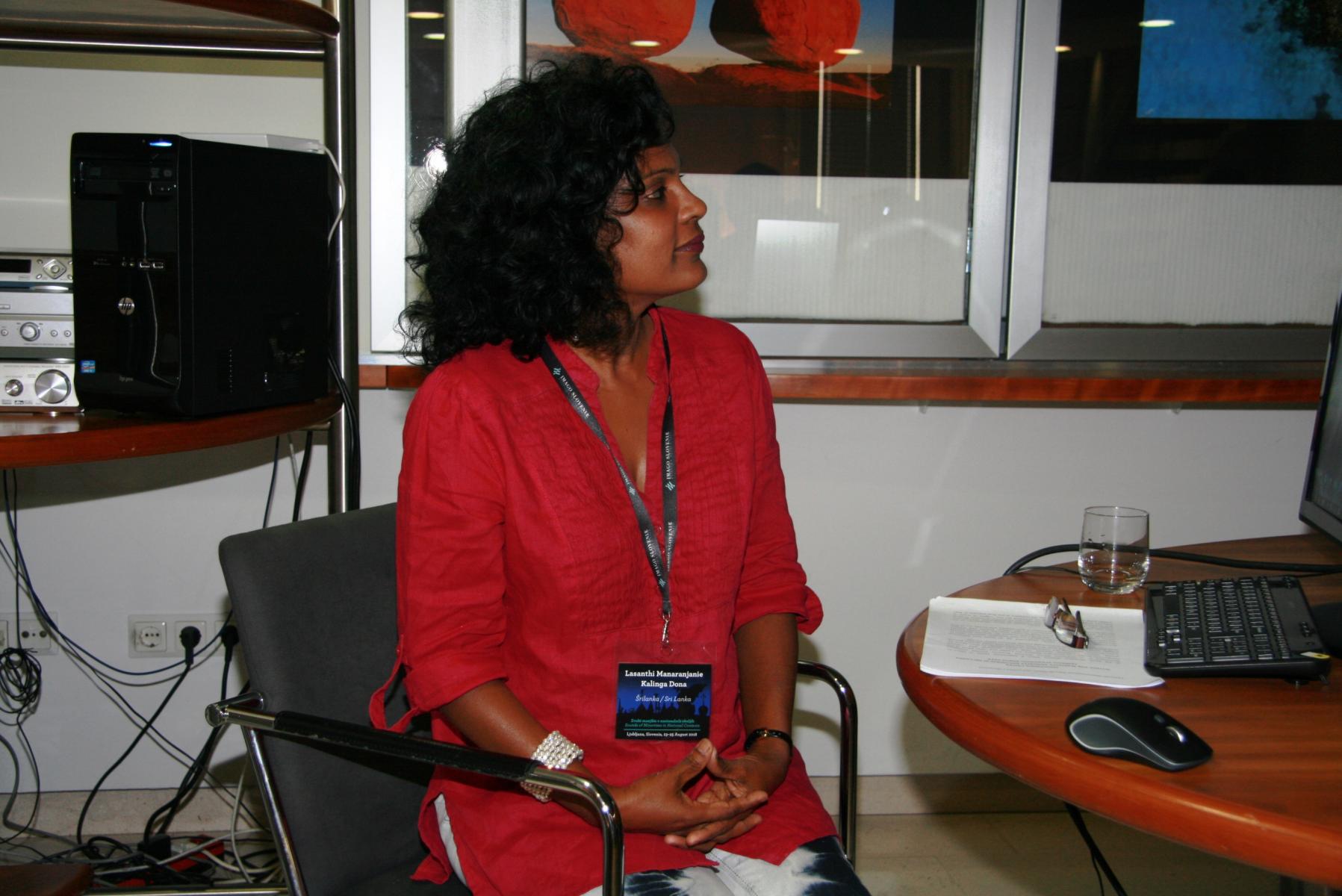 Lasanthi Manaranjanie Kalinga Dona, nacionalna predstavnica Sri Lanke pri Mednarodnem združenju za tradicijsko glasbo (ICTM). Udeleženka sekcije Glasovi staroselcev. Foto: Urša Šivic.