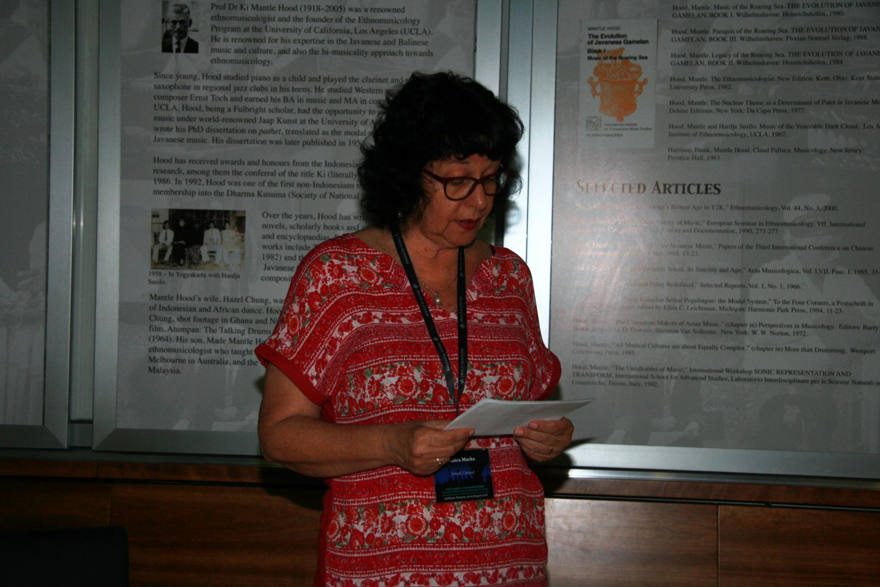 Dr. Essica Marks, nacionalna predstavnica Izraela pri Mednarodnem združenju za tradicijsko glasbo (ICTM). Presedujoča sekcije Od starih do novih okolij. Foto: Urša Šivic.