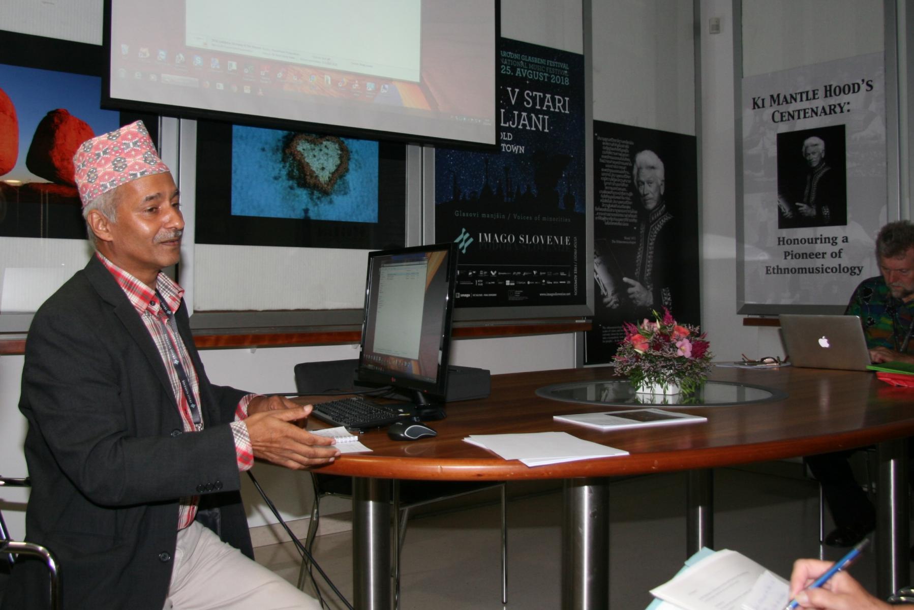 Ram Prasad Kadel, nacionalni predstavnik Nepala pri Mednarodnem združenju za tradicijsko glasbo (ICTM). Udeleženec sekcije Od starih do novih okolij. Foto: Urša Šivic.