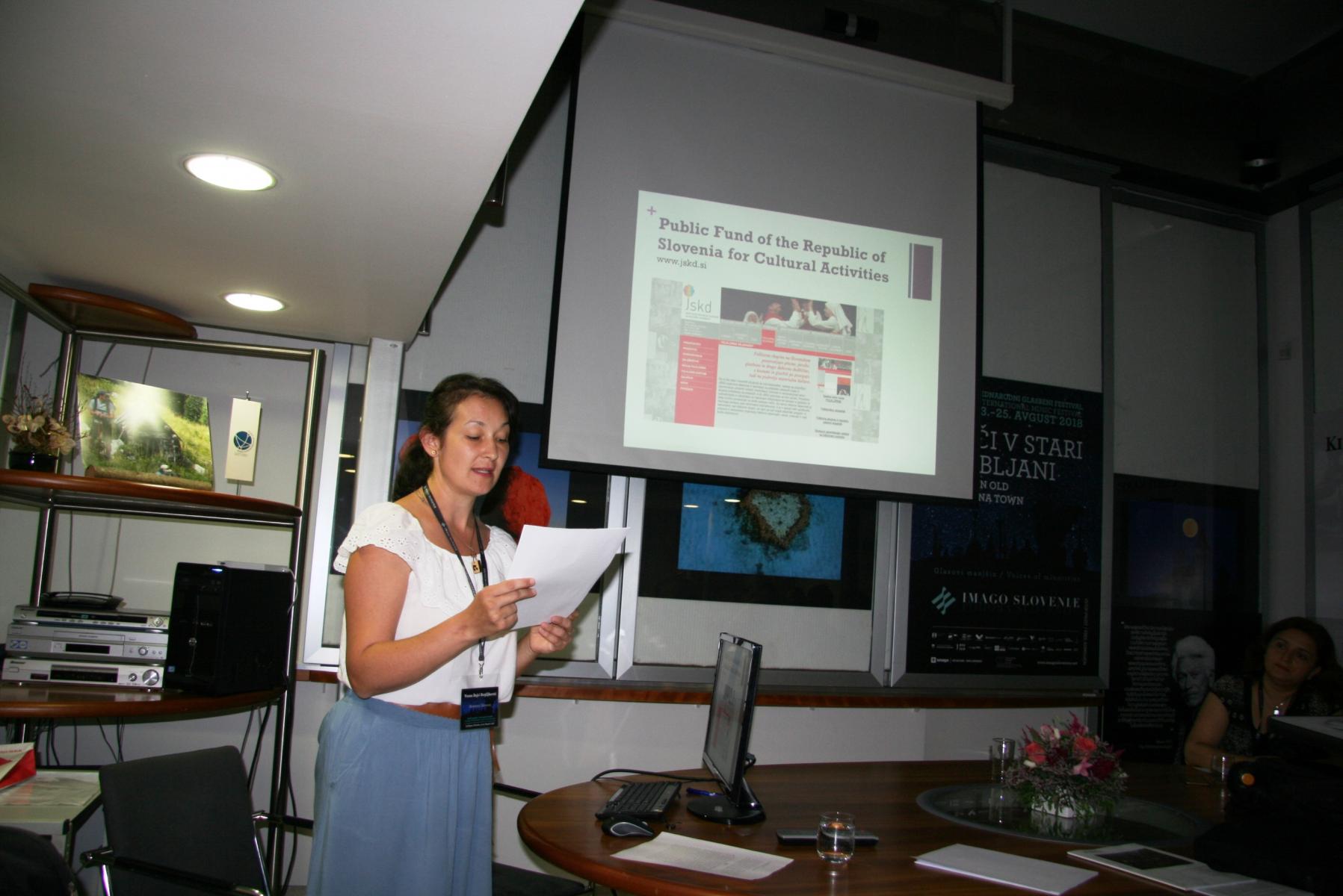 Dr. Ana Hofman, ZRC SAZU, Inštitut za zgodovinske in spominske študije. Udeleženka panela Glasba in manjšine: transkulturne dinamike v Sloveniji po letu 1991. Foto: Urša Šivic.