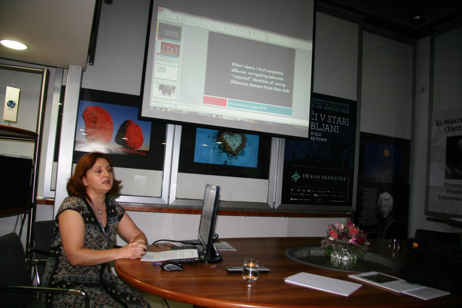 Alma Bejtullahu, samostojna raziskovalka. Predsedujoča in udeleženka panela Različni pogledi na kreativnost manjšin v Sloveniji. Foto: Urša Šivic.