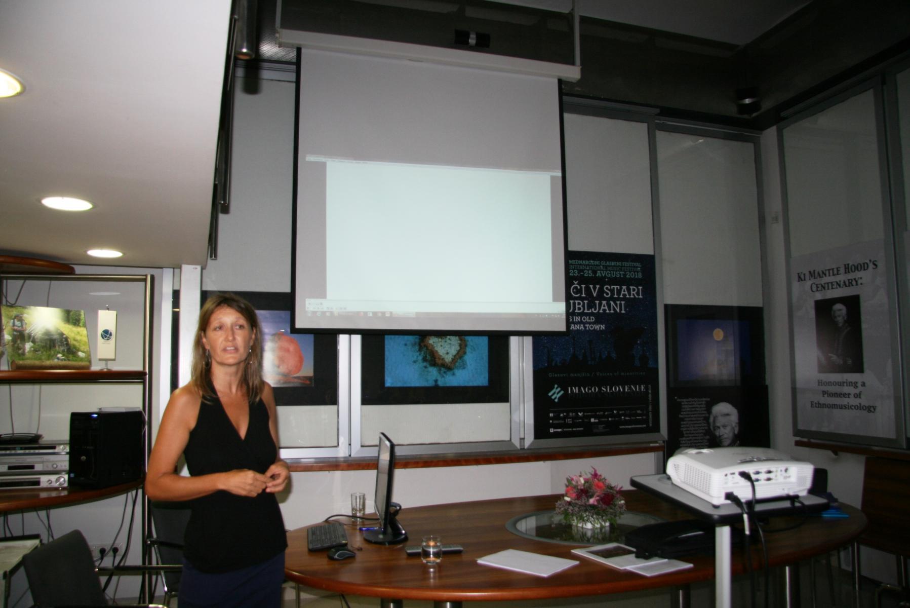 Mojca Pajnik. Predstavitev in projekcija filma MEET – Medijska vzgoja za pravičnost in strpnost. Foto: Urša Šivic.