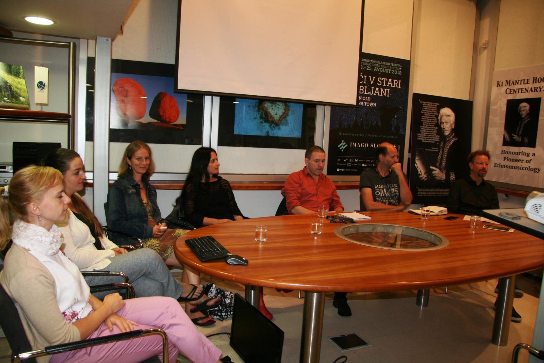 Udeleženci okrogle mize Glasbe manjšin v kontekstu festivalov, predsedujoči Rok Košir. Foto: Urša Šivic.